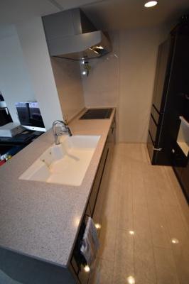 キッチンはカウンターは作業台が広いです。