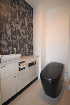 ゆったりとした広さのトイレです。シンクも収納もあります。