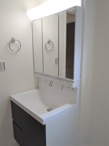 キッチン横にはパントリー付き。大容量収納可能でキッチン周りを常にスッキリさせることができます♪