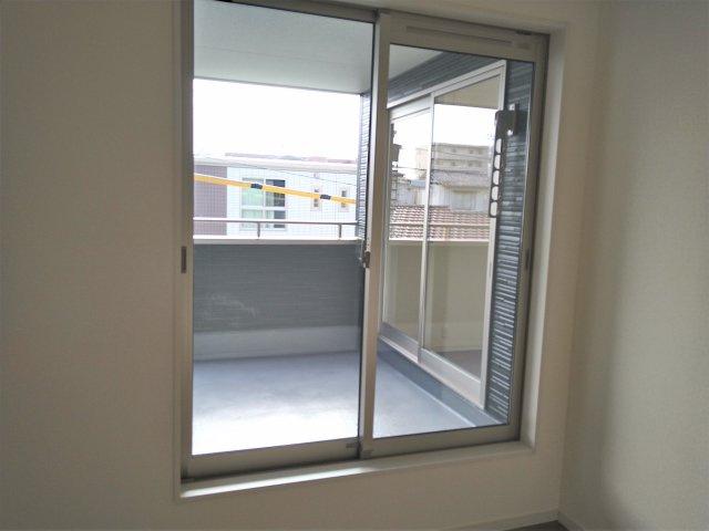 2面に窓があるので光が入り込み明るい空間です。収納もあるので、室内を広々使うことが出来ます。