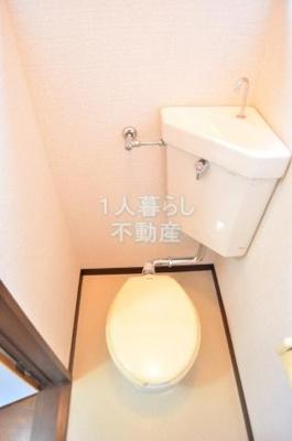 備え付けの収納棚付きのトイレです。