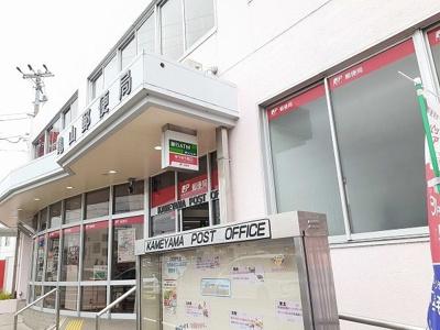亀山郵便局まで1740m