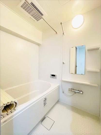浴室暖房乾燥機つきの新品ユニットバス! 雨の日のお洗濯に活躍するのはもちろん、浴室をいつもカラリと乾燥させられるのでカビ対策にも効果大!
