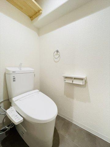 LIXILのトイレに新品交換完了!上部には収納を設置◎