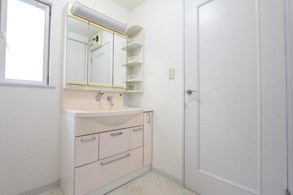 洗面所へはキッチンと廊下からの2WAYアクセス! 家事動線の考えられた間取りです!!