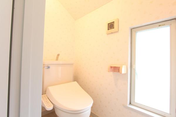 1F・2Fにあるトイレ。 2F部分のトイレの窓が、大きく取られているので 気持ちが良いです!