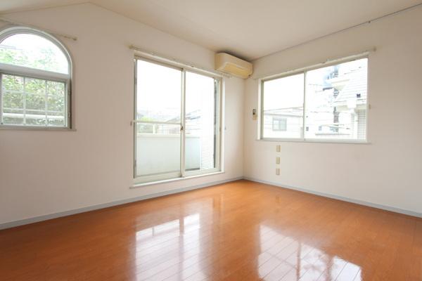6畳の洋室には窓が沢山あり、明るく気持ちのいいお部屋です♪