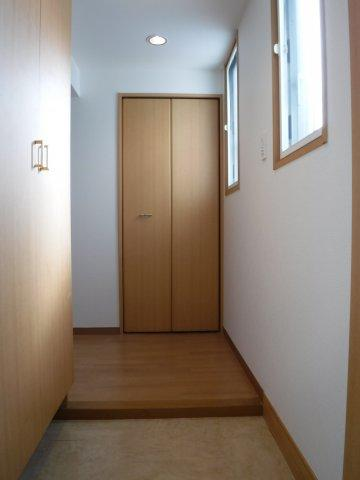 玄関スペースも広々。明るい玄関です。
