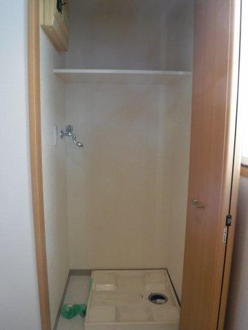 室内洗濯機置き場もしっかり隠せる造りになっております。