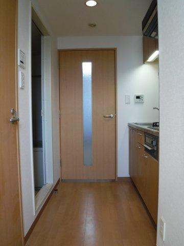 玄関から洋室に続く廊下。