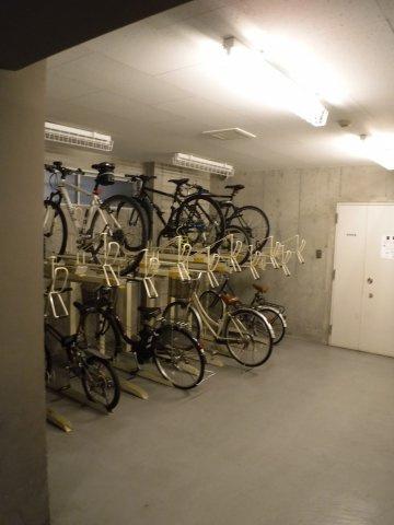 室内駐輪場で自転車が雨に濡れる心配もなし