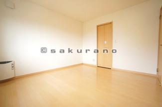 陽光ふりそそぐ明るい室内※写真は同建物・同タイプ。