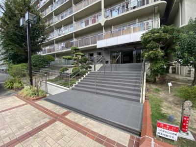 階段も段差が優しく、車いすでも利用可能なスロープもあります。