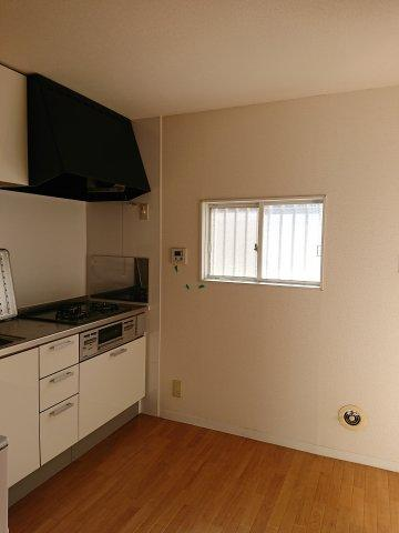 キッチン脇にも小窓あり通風も確保できます