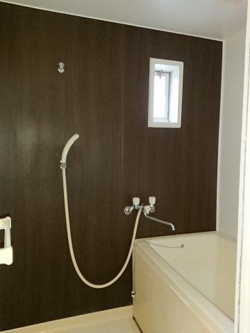 浴室は小窓がついて換気もできます!
