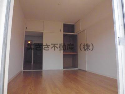 南側洋室 白い壁と引き戸で明るいお部屋