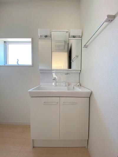 三面鏡タイプの洗面台。鏡裏は収納スペース。インナーホース式のシャワーノズル。シンク下も収納できます。