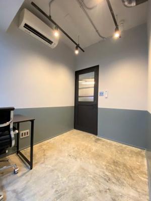 室内は24時間利用可能。デスクとチェアーのセットは貸与品として提供相談可能です。