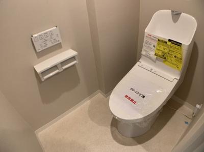 お手入れしやすい一体型トイレです。温水洗浄機能つきです。