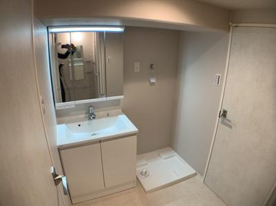 朝の支度にも助かる、独立の洗髪洗面化粧台です。ランドリースペースもついています。