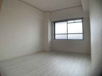 採光のある明るい洋室です。約6.2帖です。