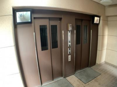 エレベーターが2基あるので、上下階の移動もスムーズです。