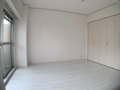 個人の部屋や寝室として使える洋室です。約6帖です。