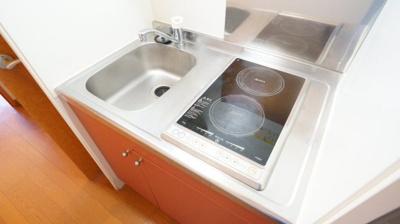 コンパクトなキッチン、IHで掃除もラクラク