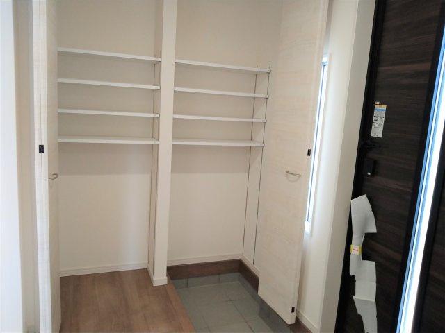 2面に窓があるので光が入り込み明るい空間。収納もあるので、室内を広々使うことが出来ます。子供部屋に◎