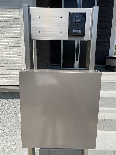 可動性の棚もあり、収納物に合わせて組み合わせ可能。扉もあるのでスッキリ隠すことが出来ます。