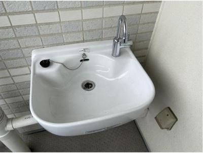スロップシンク付き。バルコニーの端についています。ガーデニングや、室内で洗えない汚れもの等がバルコニーで洗えます。