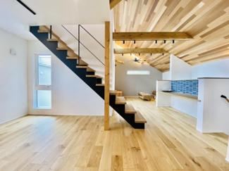 高級感のある鉄骨階段はリビングの最大の特徴です