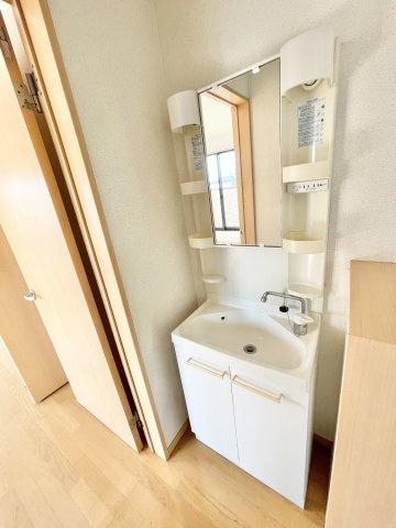 2階の洗面台です。本日、建物内覧できます。お電話下さい!