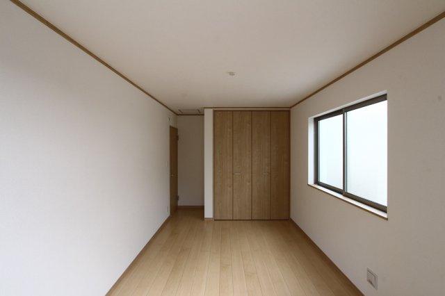 2階の居室です。 シンプルな色合いで、万人受けするお部屋は全室二面採光となっており明るい居室です。 奧のクローゼットは全居室に完備されています。
