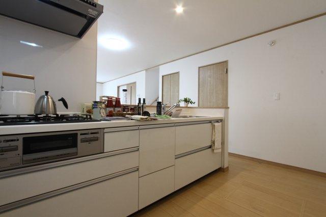 三ツ口コンロ、流し台、調理場、収納スペースが完備されたシステムキッチンです。 すっきりと纏まった無駄のないデザインです。下部は全体が収納になっているので、たっぷりと調理器具を収納してくれます。