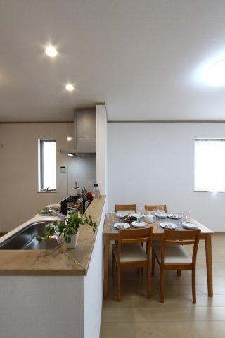 対面キッチンになっているので、来客時には来客対応をしながらキッチン作業が出来ます。