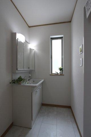 浴室横の洗面台です。シャワー付きになっており、お掃除や洗髪が出来る便利な洗面台です。 ミラー裏は収納になっているので、洗面用具もすっきりと収納してくれます。
