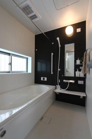 一坪タイプの浴室です。 大人の方が足を伸ばして入浴出来ます。浴槽内には段差があり、節水やお子様の椅子としても役立ちます。