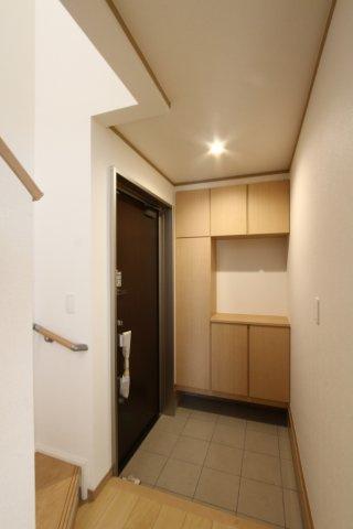 シューズクロークが完備されている玄関です。 ご家族全員分の靴がすっきりと収納出来る大容量のシューズクロークです。