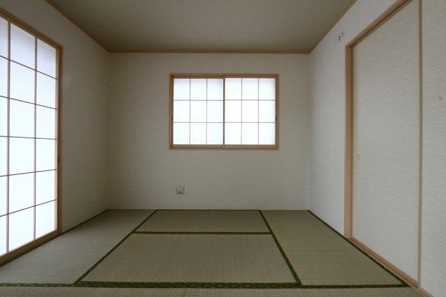 リビング横の南西の和室は、1日を通して長い時間光が入るお部屋です。 来客の方がいらっしゃった時、こちらにお通しして他のご家族と別の空間を作ることも可能です。