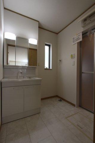 浴室横の洗面台です。 シャワー付き洗面台なので、お掃除や洗髪も出来る便利な洗面台です。