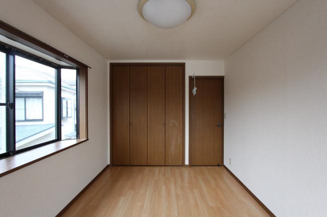 明るい光が満ちる採光の取られた出窓付きの洋室です。全洋室に配置されており、6帖というゆとりのある広さなので、のびのびとプライベート時間を楽しめます。