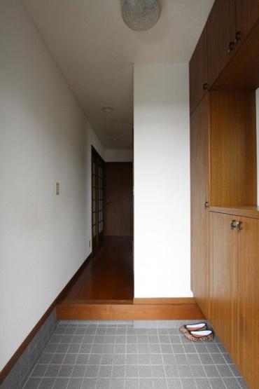 玄関収納もたっぷりと取られた玄関です。下駄箱の上には小物や鍵、写真なども飾れるスペースがあり、鍵も忘れなさそうですね。