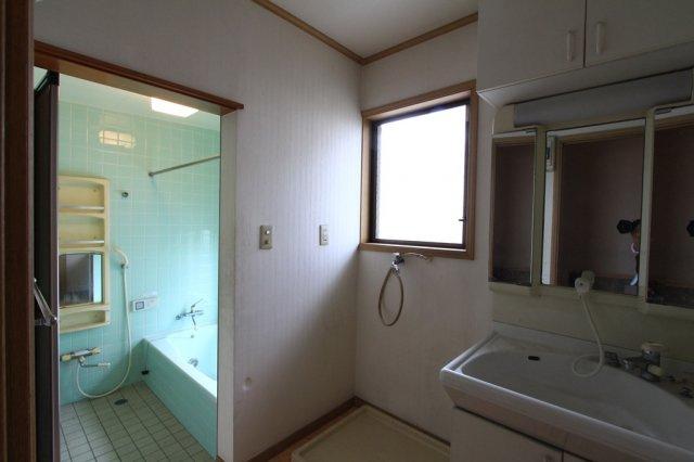 おしゃれなシルバーの扉は、ピッキング対策付きの玄関ドア。収納スペースが豊富の独立洗面台は、使い勝手が良くすっきりした空間に。