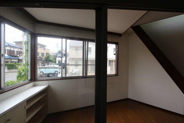2面の大きな窓から、たっぷりの陽ざしが差し込みますので、大変気持ちの良い空間です。