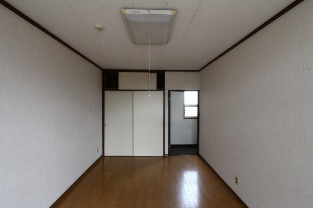 2階洋室には、奥行きのある押入がございます。  クロス張替をするだけでも十分な印象です。