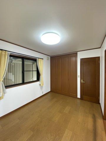 南向き、2面採光のため室内は大変明るい空間となっております。