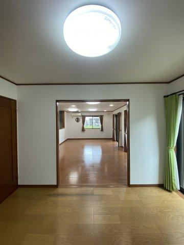 1階の洋室5.752帖からリビングを見渡したお写真です。