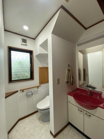 1階のトイレ横には、セカンド洗面台を設置。わざわざ2階へ上がることなく、手洗いができます。