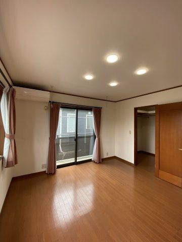 2階洋室は、8帖の広さにWICを設けた広々した主寝室です。